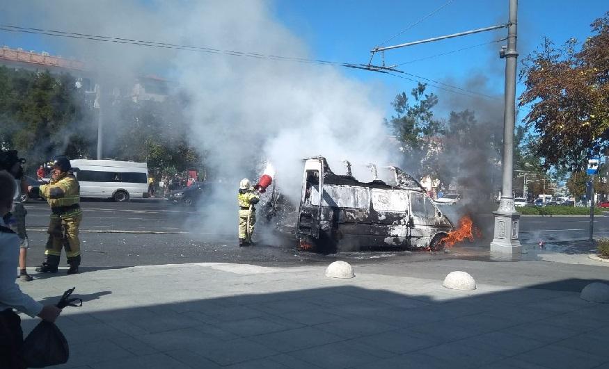 В Севастополе на дороге загорелась «Газель»