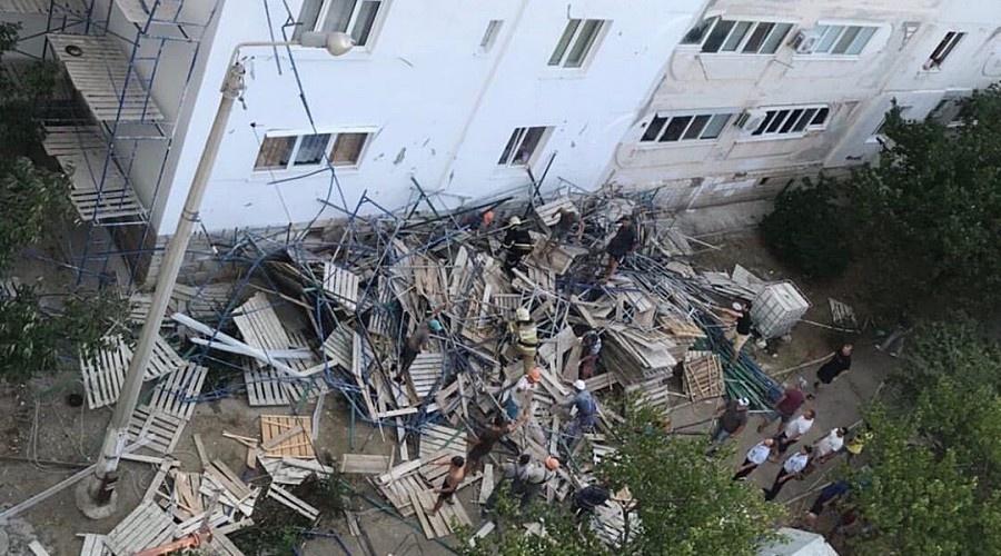 В Севастополе обрушились строительные леса, пострадал человек