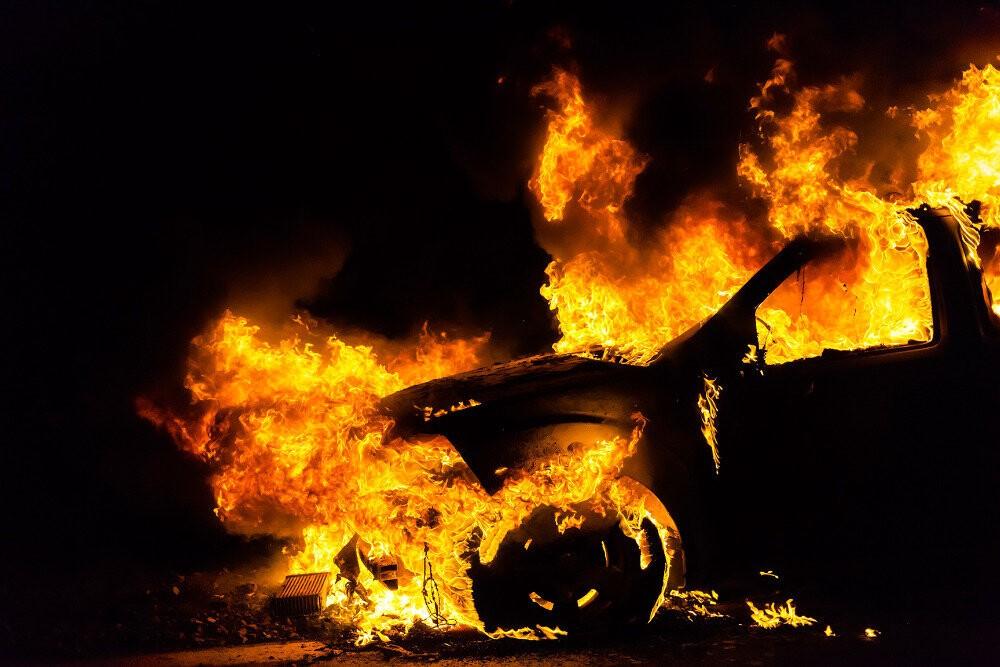 В Севастополе мужчина поджог автомобиль своего знакомого