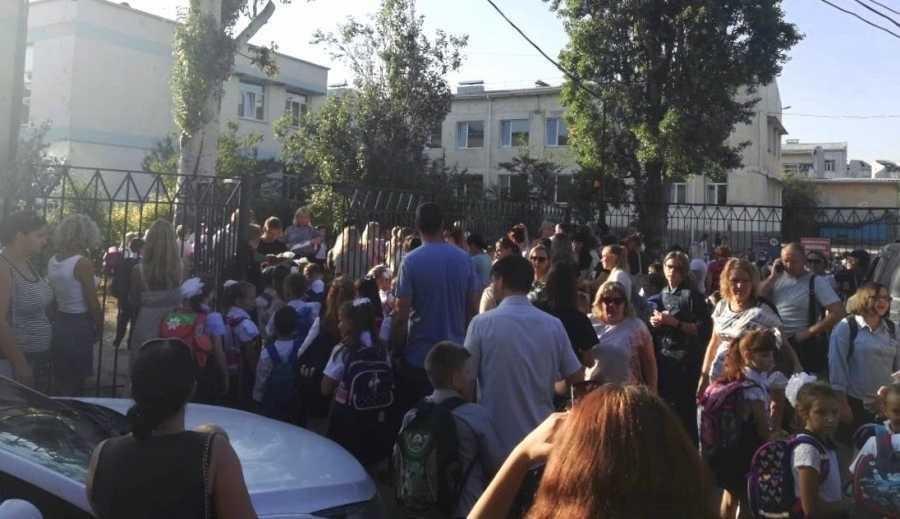 Из-за антикоронавирусных мер перед школами Севастополя образовались очереди