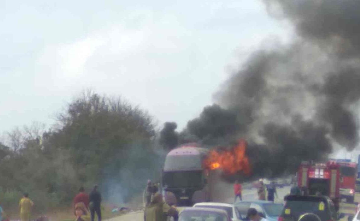 Пассажирский автобус горит на выезде из Керчи