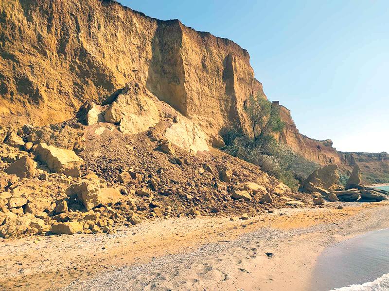 В Севастополе на пляже обвалился грунт