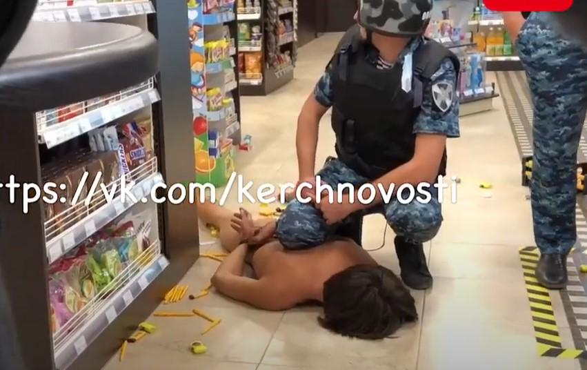 В Керчи голый парень устроил дебош и разгромил заправку