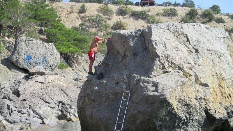 В Крыму мужчина назвал скалу в свою честь