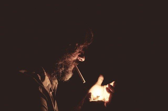 В РФ вступят в силу новые ограничения для курильщиков