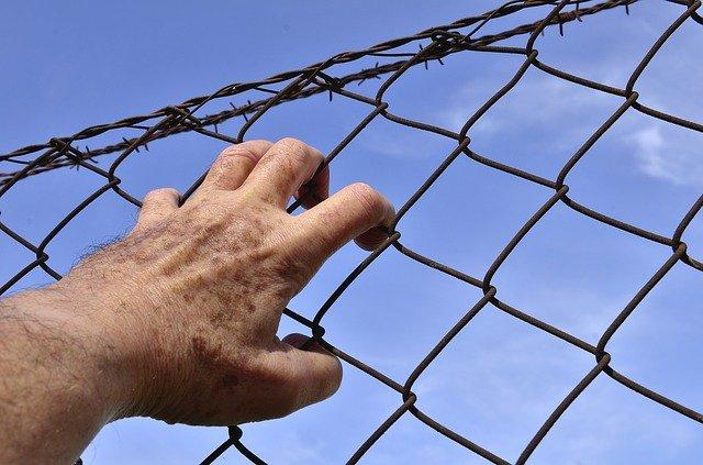 Крымчанин пытался перебросить наркотики заключенным исправительной колонии