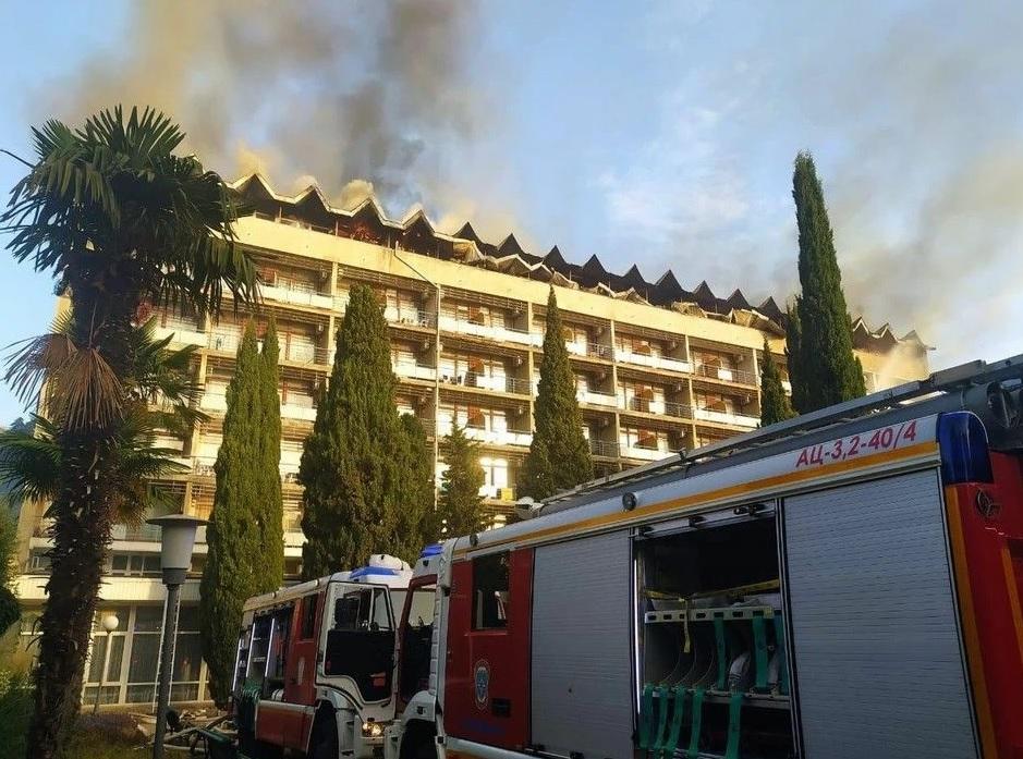 Появилось видео пожара в ялтинском санатории Минобороны