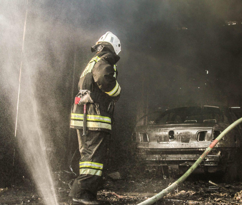 В Севастополе на сильном пожаре дотла сгорели два автомобиля