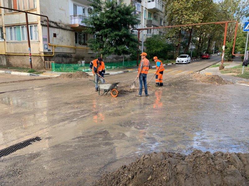 Улицы Севастополя залило грязью после ливня