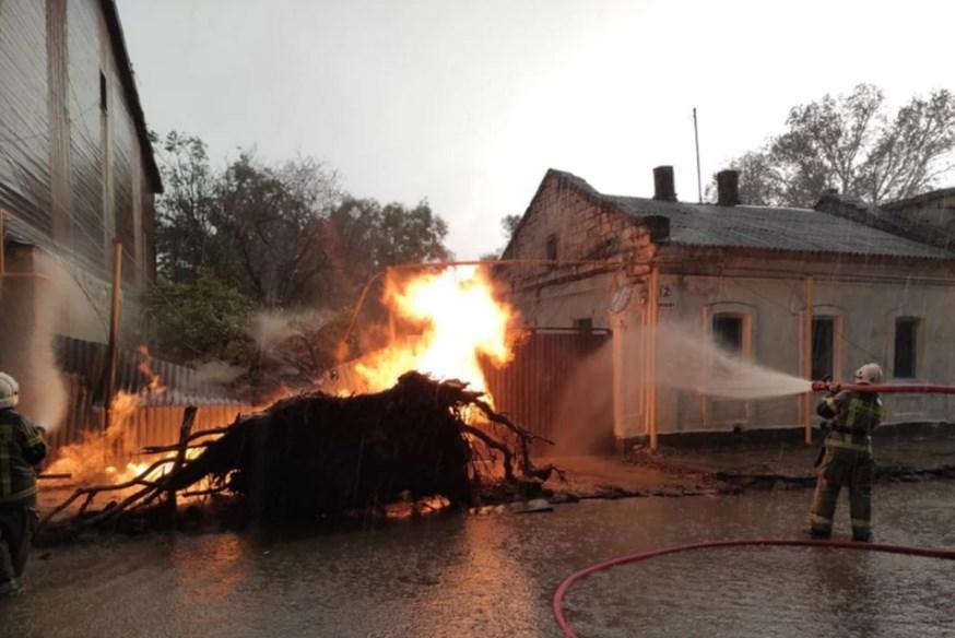 В Крыму ударившая в дерево молния сожгла машину и оставила улицу без газа