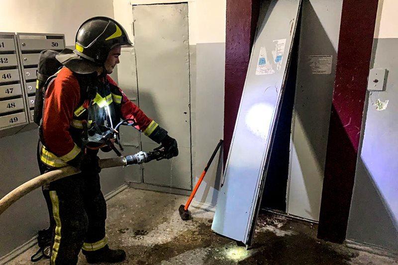 В севастопольской многоэтажке загорелась шахта лифта