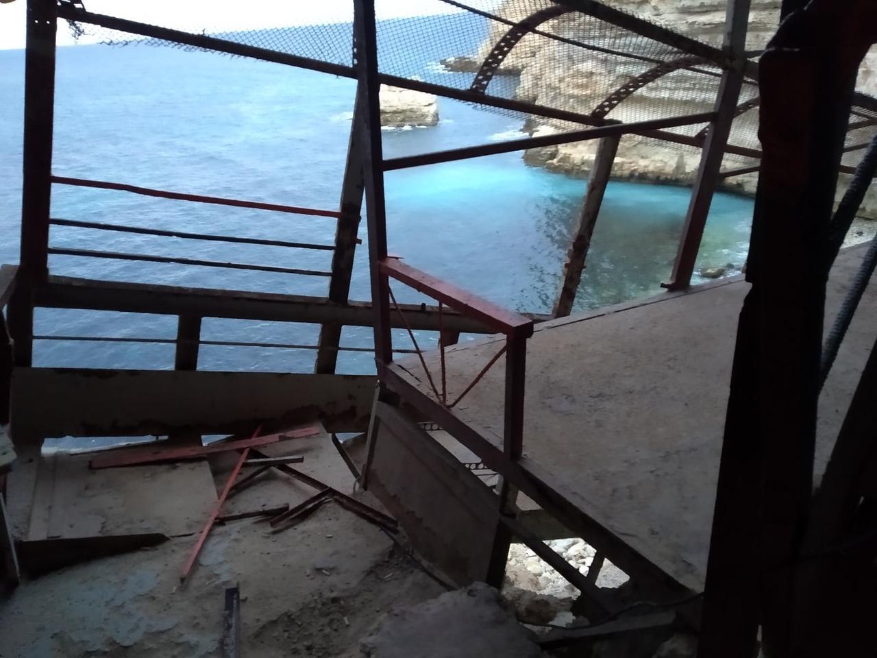 «Не доставайся никому»: в Севастополе срезали лестницу к пляжу на Автобате