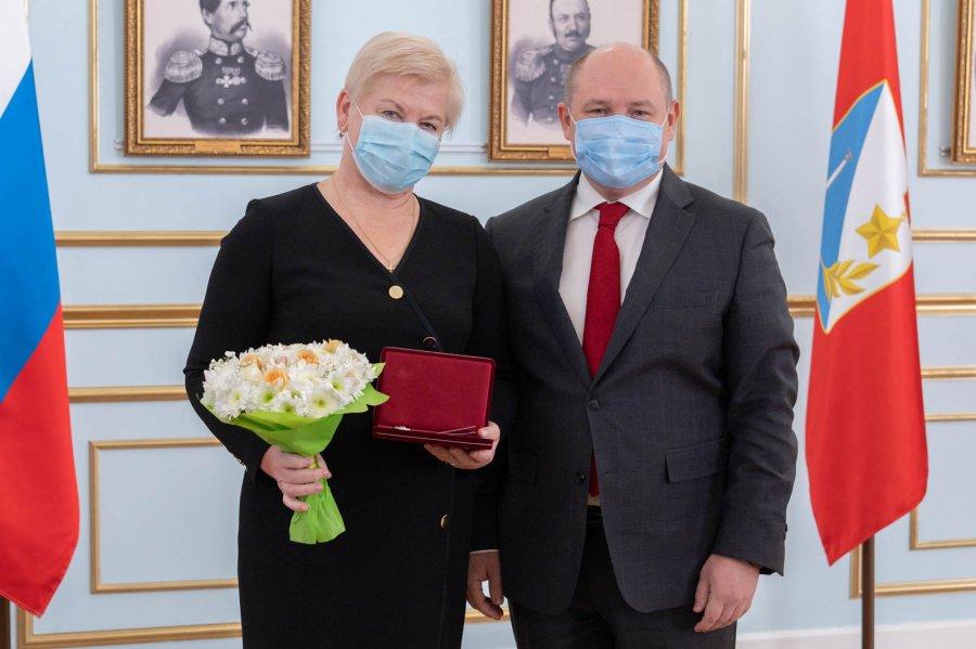 В Севастополе медикам вручили награды за вклад в борьбу с COVID