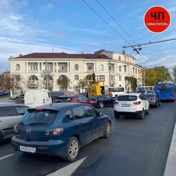 На площади Ушакова остановилось движение из-за ремонта проводов