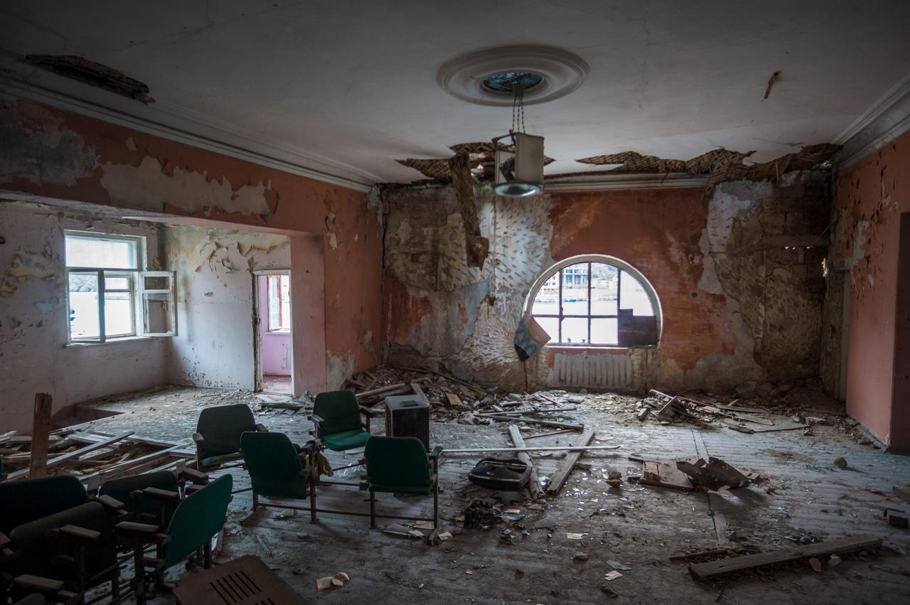 Пользователи соцсетей показали разруху в старейшем кинотеатре Севастополя