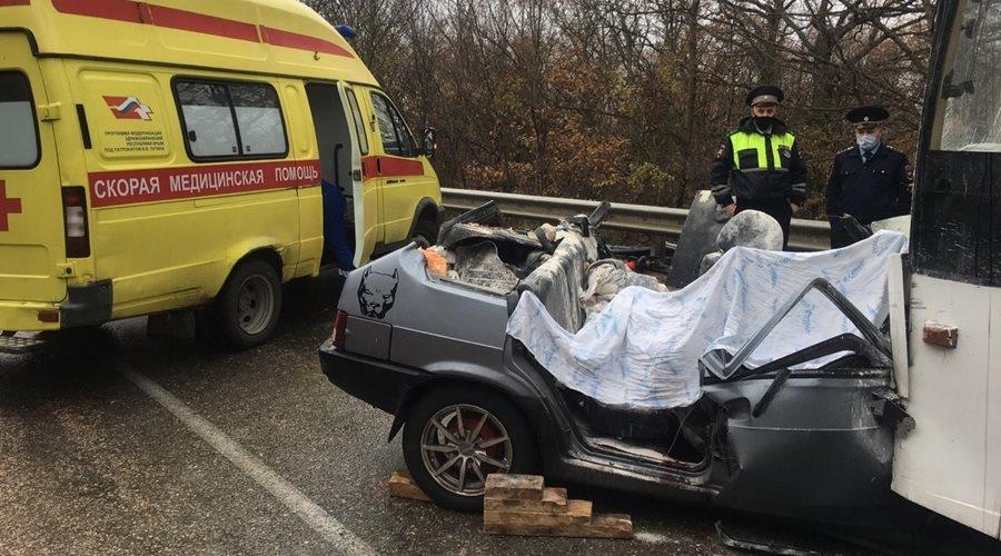 Четыре человека погибли при столкновении троллейбуса с ВАЗом в Крыму