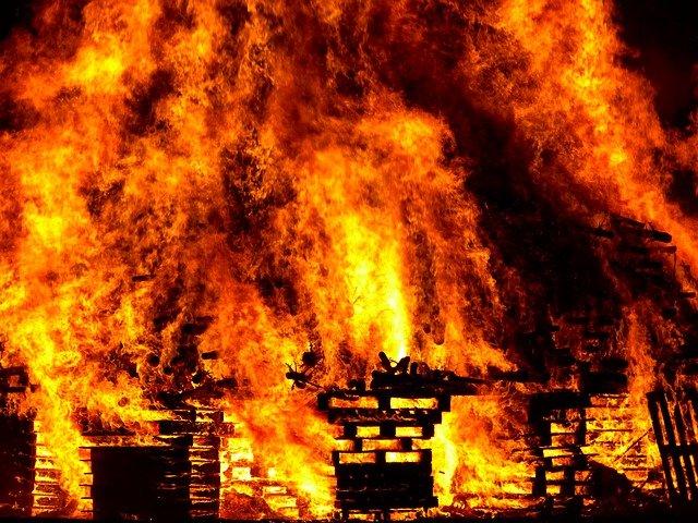 В Ялте загорелась будка охранника