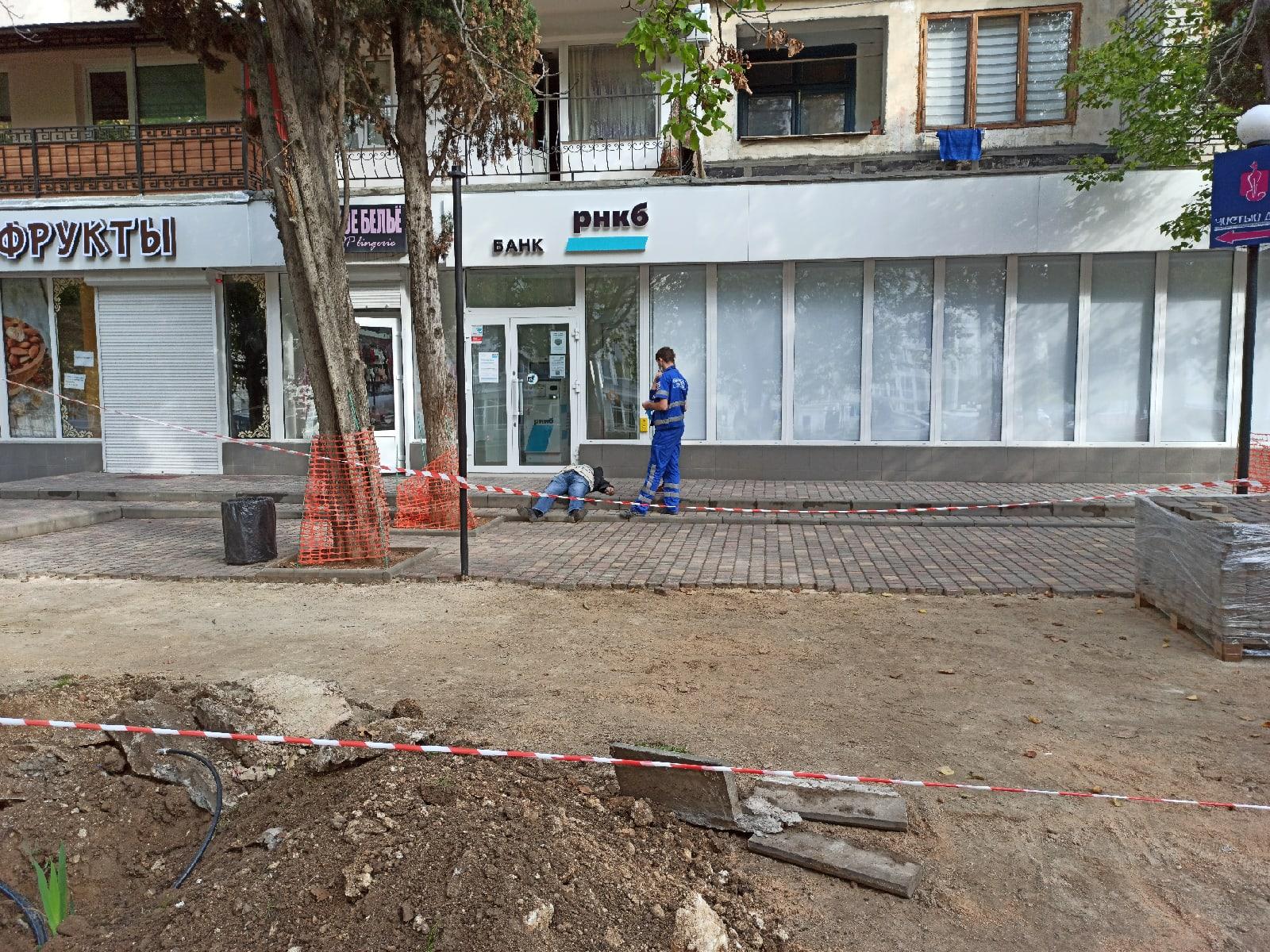 В Севастополе возле банка умер человек