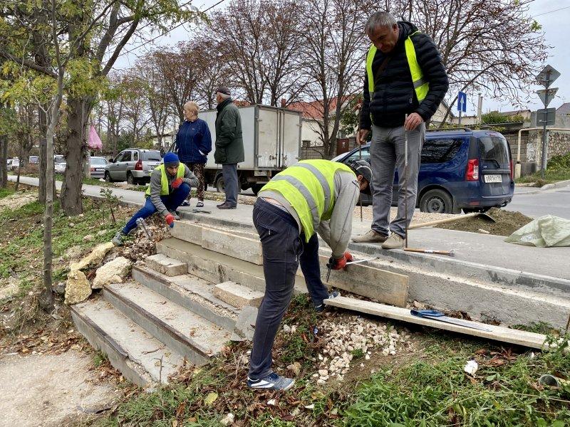 В Севастополе по просьбе местной жительницы отремонтировали лестницу