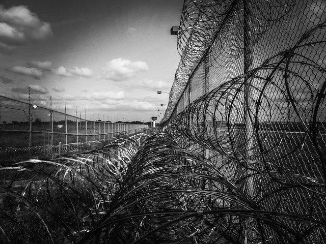 Заключенные колонии заставили жену сокамерника переписать на них квартиру в Керчи