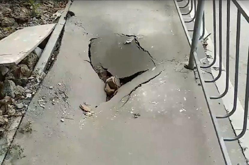 В Севастополе провалился недавно отремонтированный тротуар