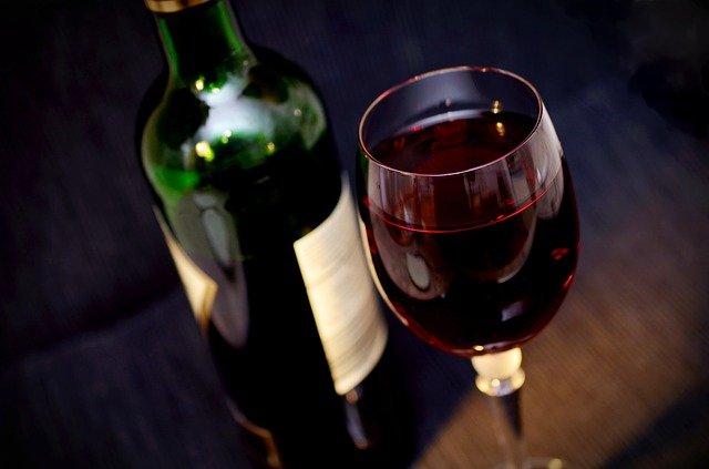 Названа оптимальная норма вина в день для женщин и мужчин
