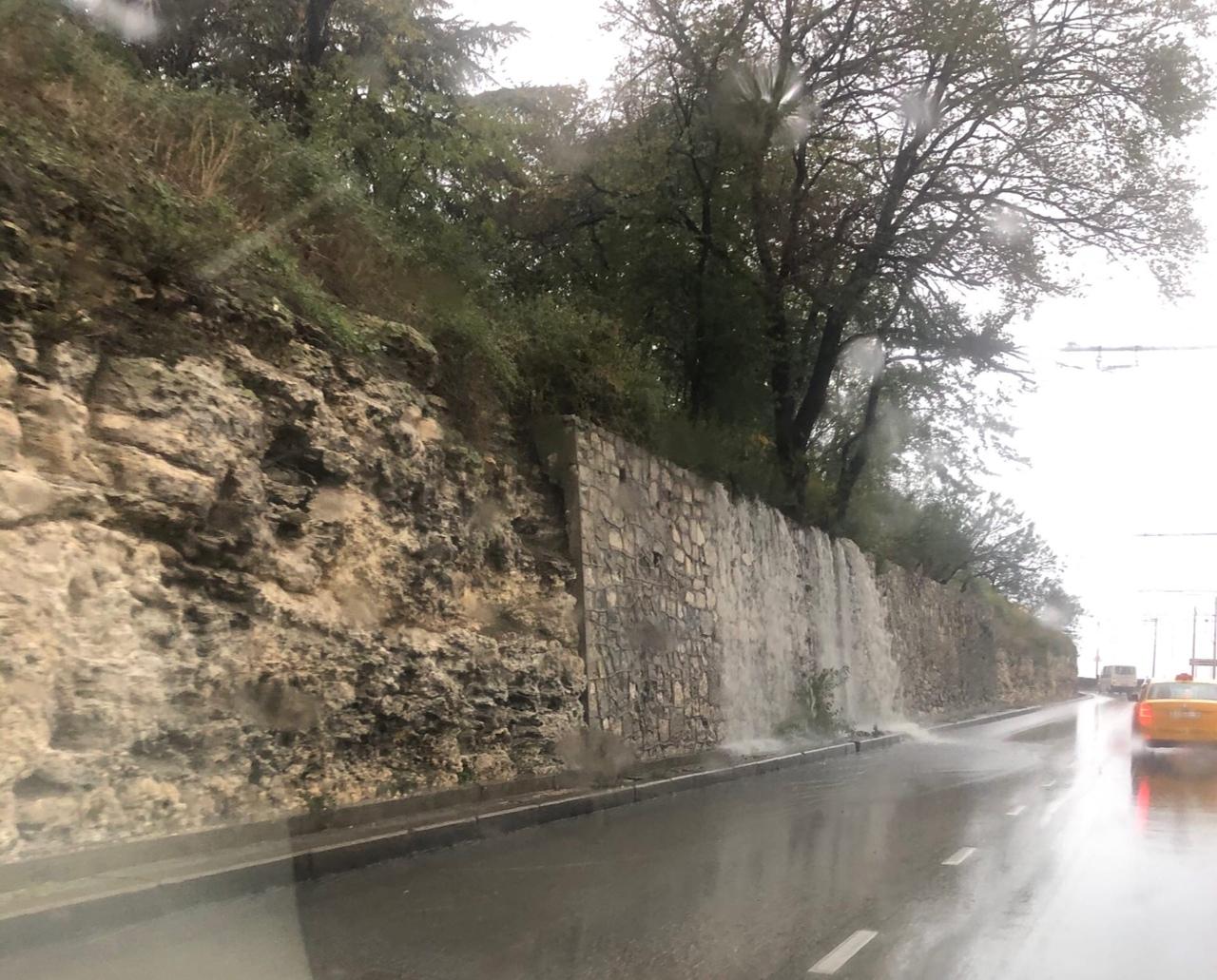 Сильный ливень устроил камнепад на Троллейбусном спуске в Севастополе