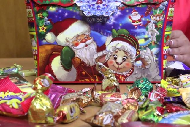В Роспотребнадзоре рассказали, как выбирать сладкие новогодние подарки