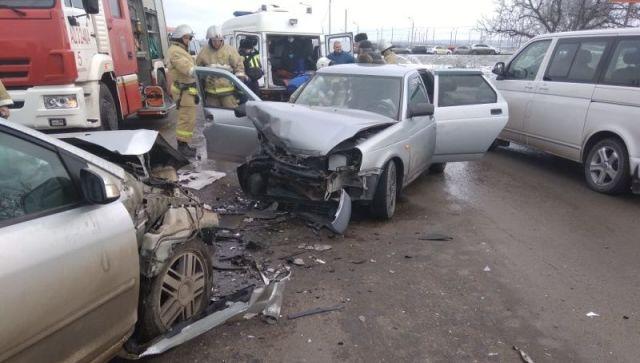 Возле симферопольского аэропорта лоб в лоб столкнулись два автомобиля