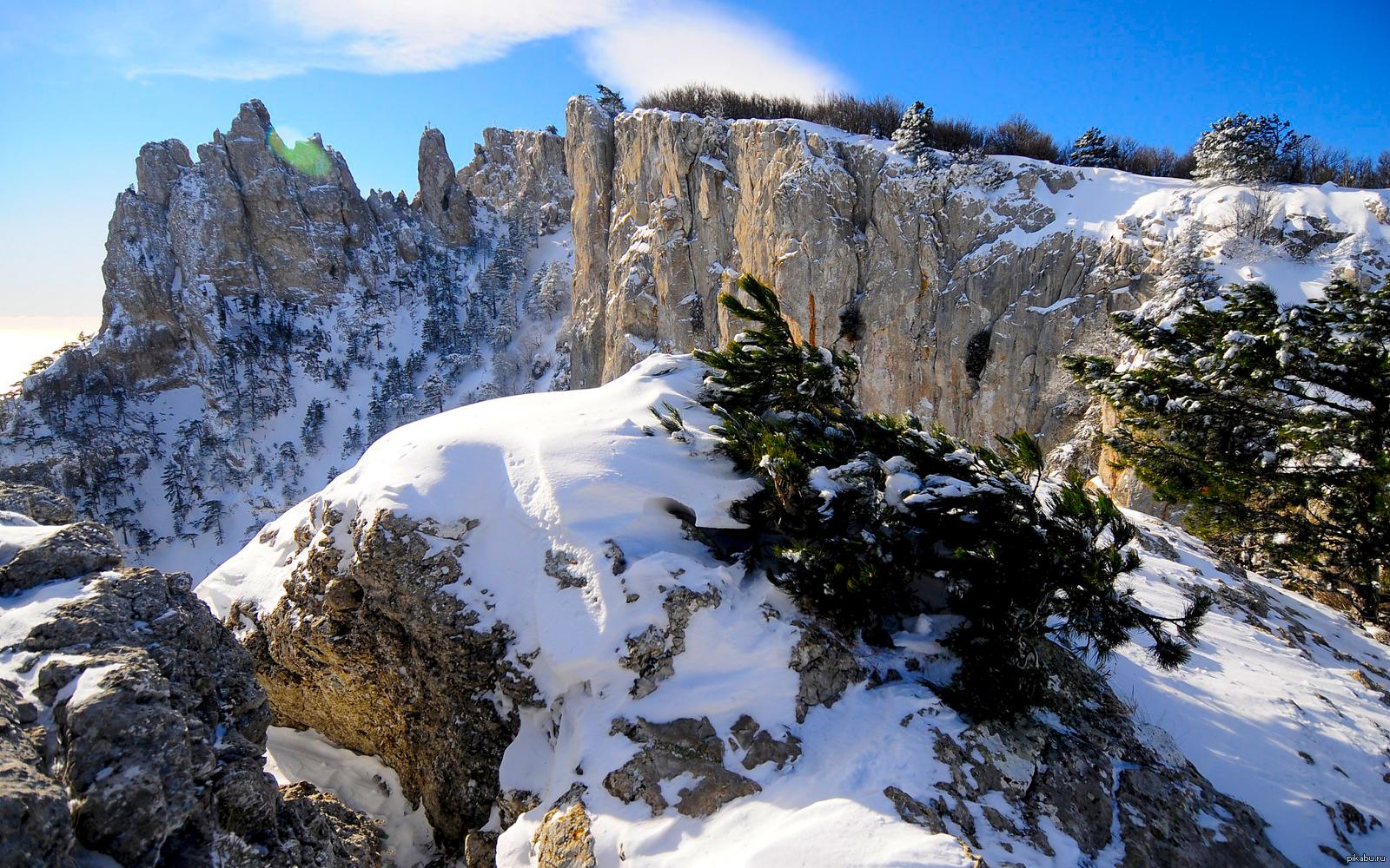 В горах Крыма идет снег (фото)