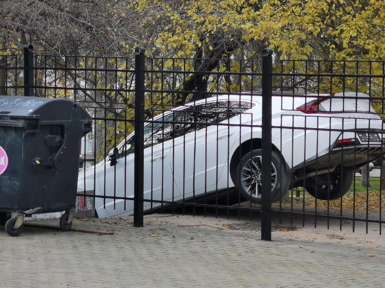 Автомобиль застрял на лестнице в Севастополе