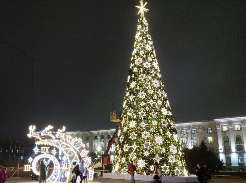 В Симферополе зажгли огни новогодней елки