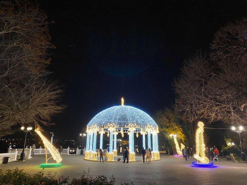 В Севастополе установили 700 световых новогодних инсталляций