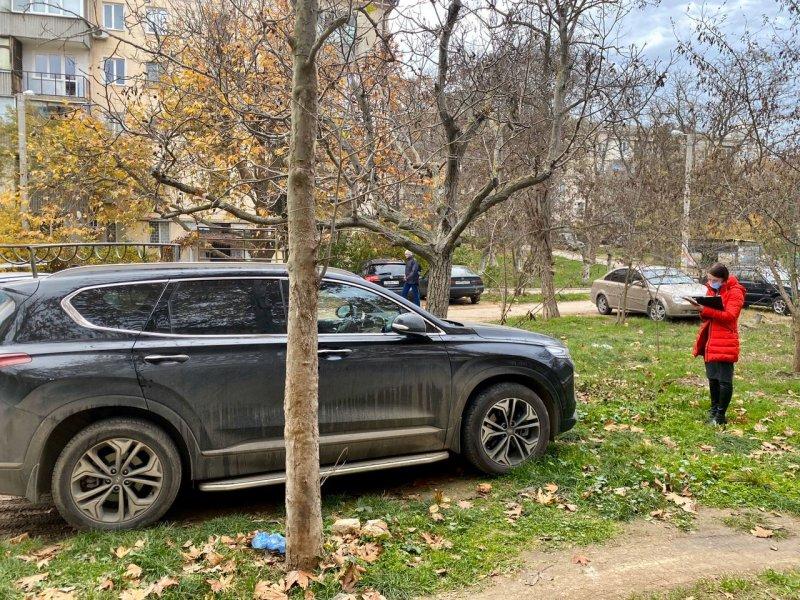 Севастопольцы «напарковались» на газонах на 61 тысячу рублей