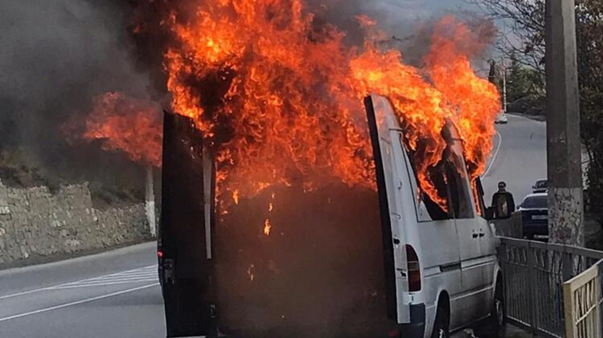 «Уйдем в мир иной»: появились жуткие подробности поджога микроавтобуса на Ялтинской трассе