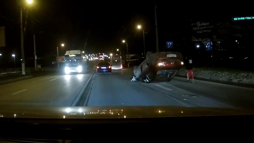В Севастополе на дороге перевернулся автомобиль