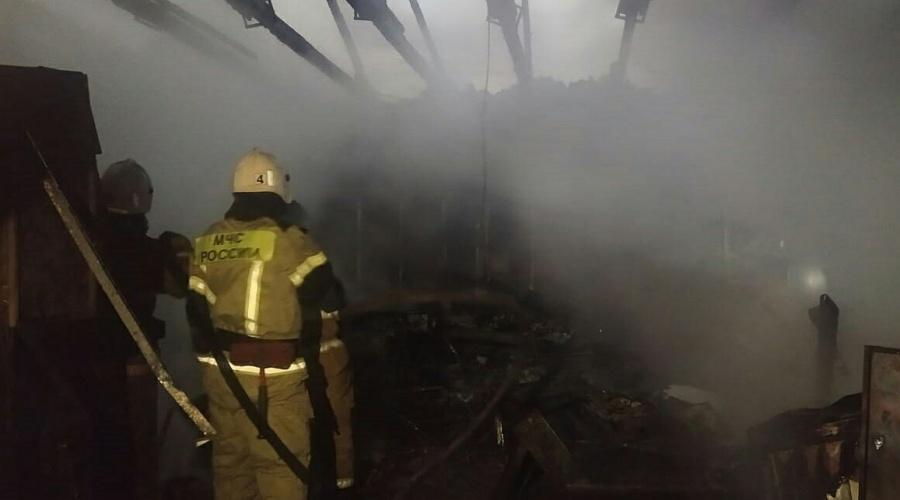 В центре Симферополя два часа тушили загоревшийся магазин