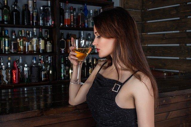 Не удержалась от большого соблазна: крымчанка украла свыше полумиллиона рублей у посетителя бара