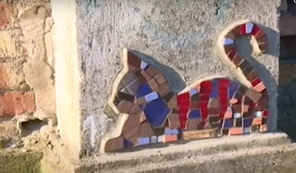 Стало известно, кто украшает улицы Севастополя мозаичными котиками