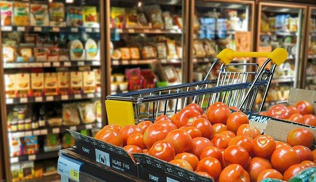 Путин поручил в ближайшее время снизить цены на продукты