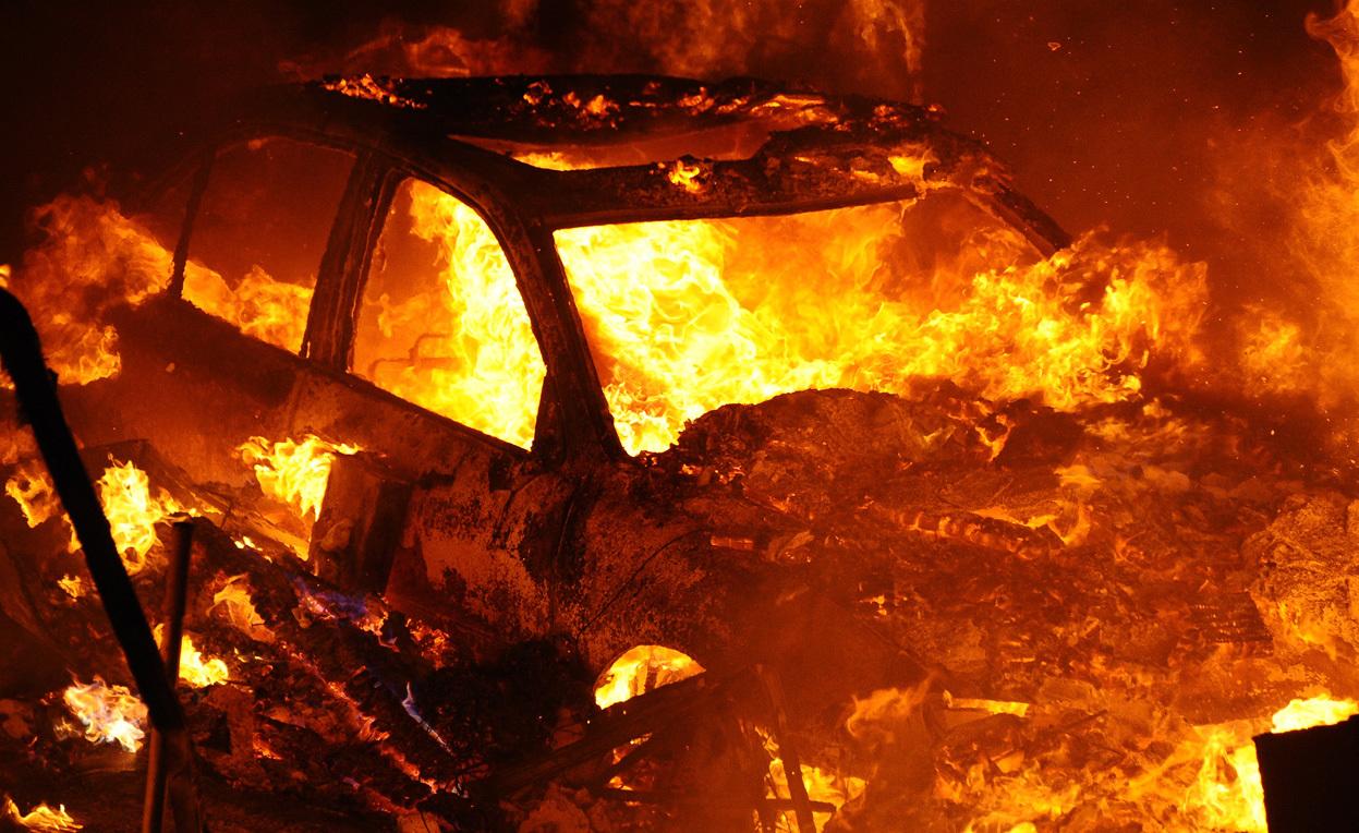 В Крыму на трассе загорелся автомобиль