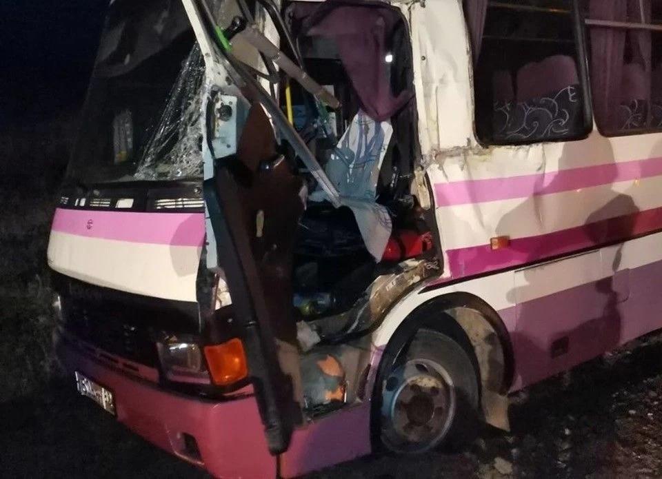 В Крыму рейсовый автобус столкнулся с экскаватором