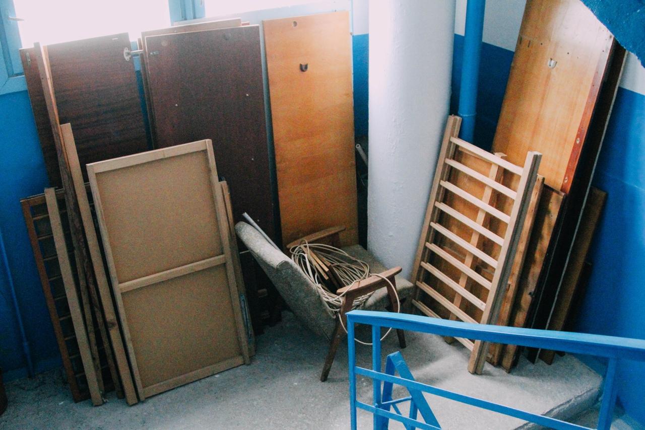 Жильцов многоквартирного дома в Севастополе заставили освободить лестницы от хлама