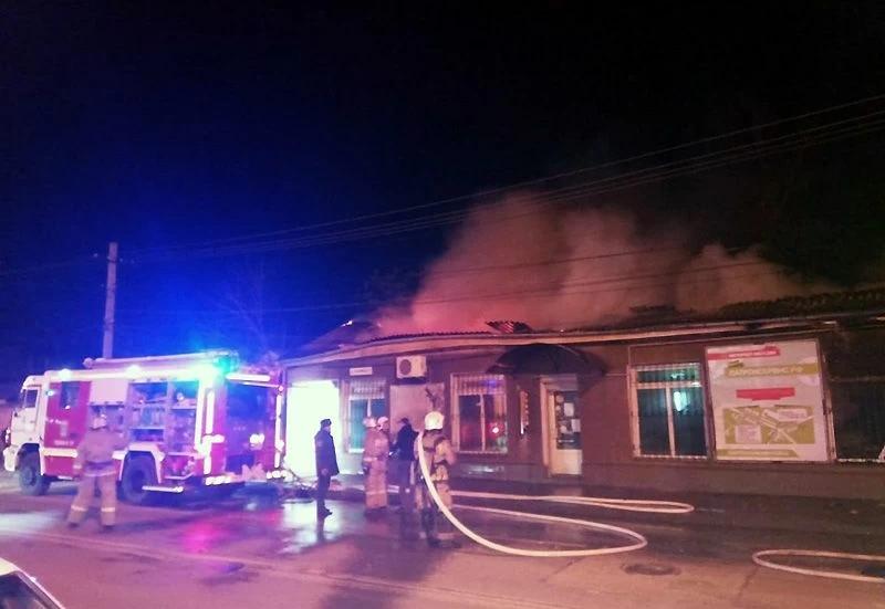 В центре Симферополя сгорело здание магазина