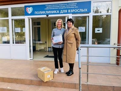 Татьяна Лобач подарила горбольнице медицинские приборы