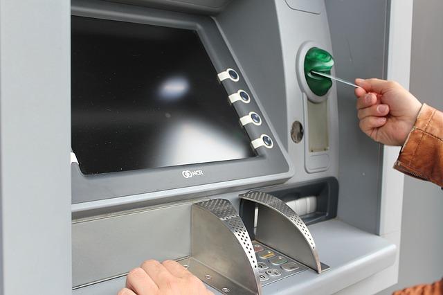 Крымчанин скрывал лицо от банкомата, чтобы снять деньги с чужой карты