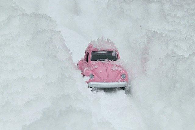 Крымский водитель почти сутки провел в снежном заносе
