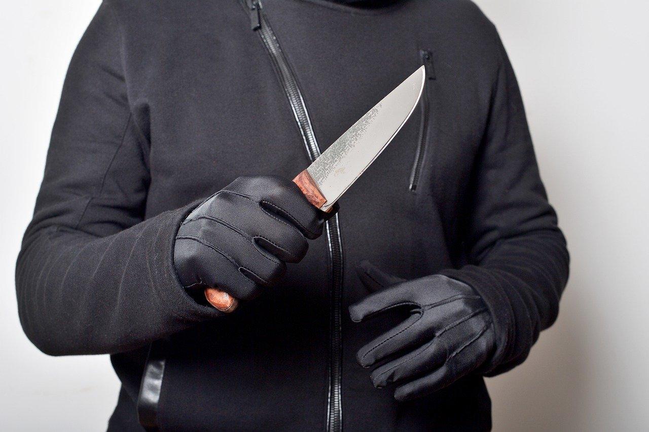 Крымский полицейский получил удар ножом при задержании неадекватного дебошира