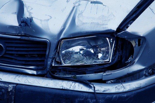 В Крыму водитель легкового автомобиля врезался в дерево