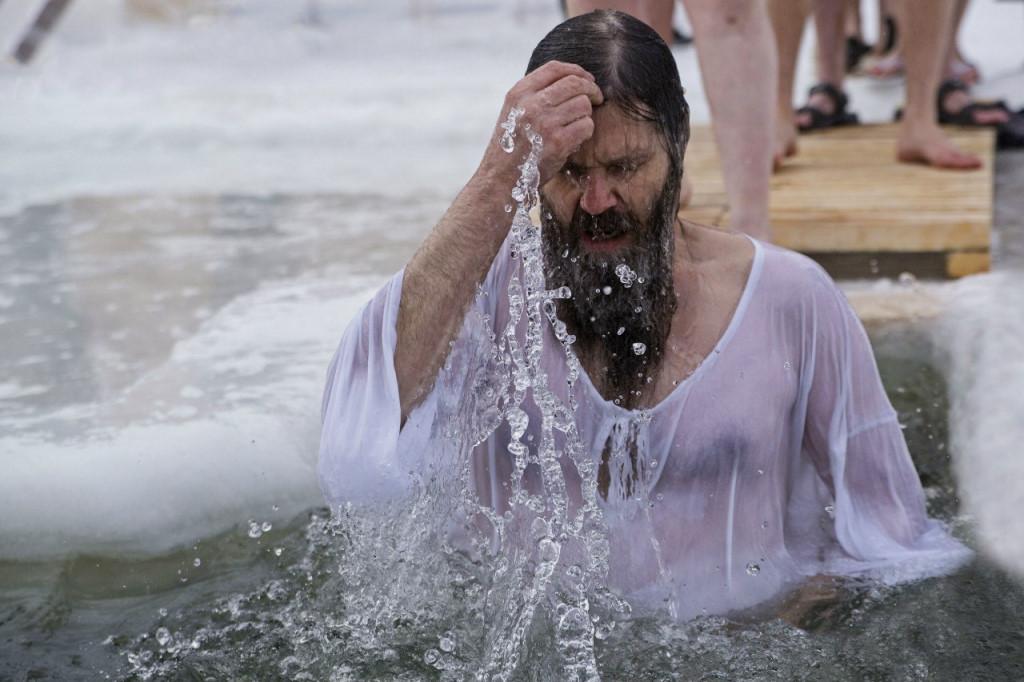 В Севастополе спасатели обеспечивают безопасность на крещенские купания